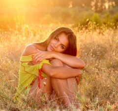Príťažlivá žena pri západe slnka